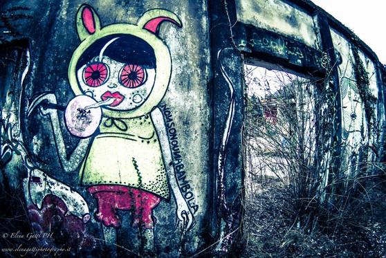 Wall of dolls. Un inutile muro di bambole sole.#pinkmarket